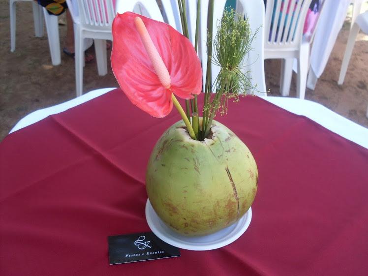 Arranjo de Mesa Tropical - Festa Transgavi