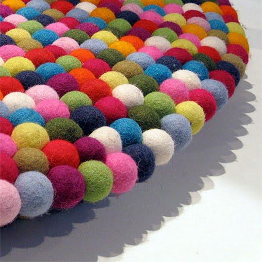 Muitas bolinhas de feltro coloridas unidas entre si, bem fofinhas ...