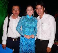 Phóng viên Lê Bình (phải) chụp ảnh lưu niệm với NSƯT Thoại Mỹ