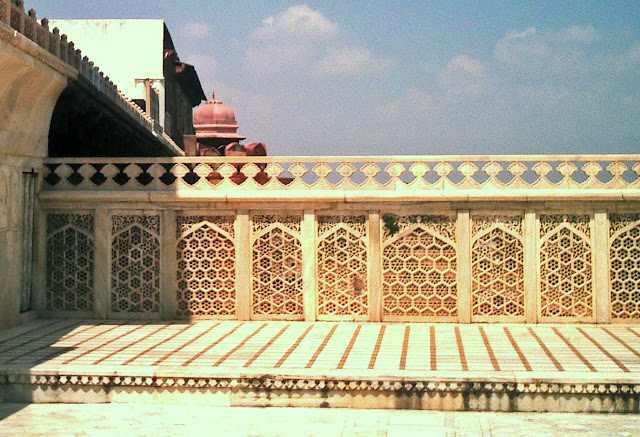 marble balcony agra fort
