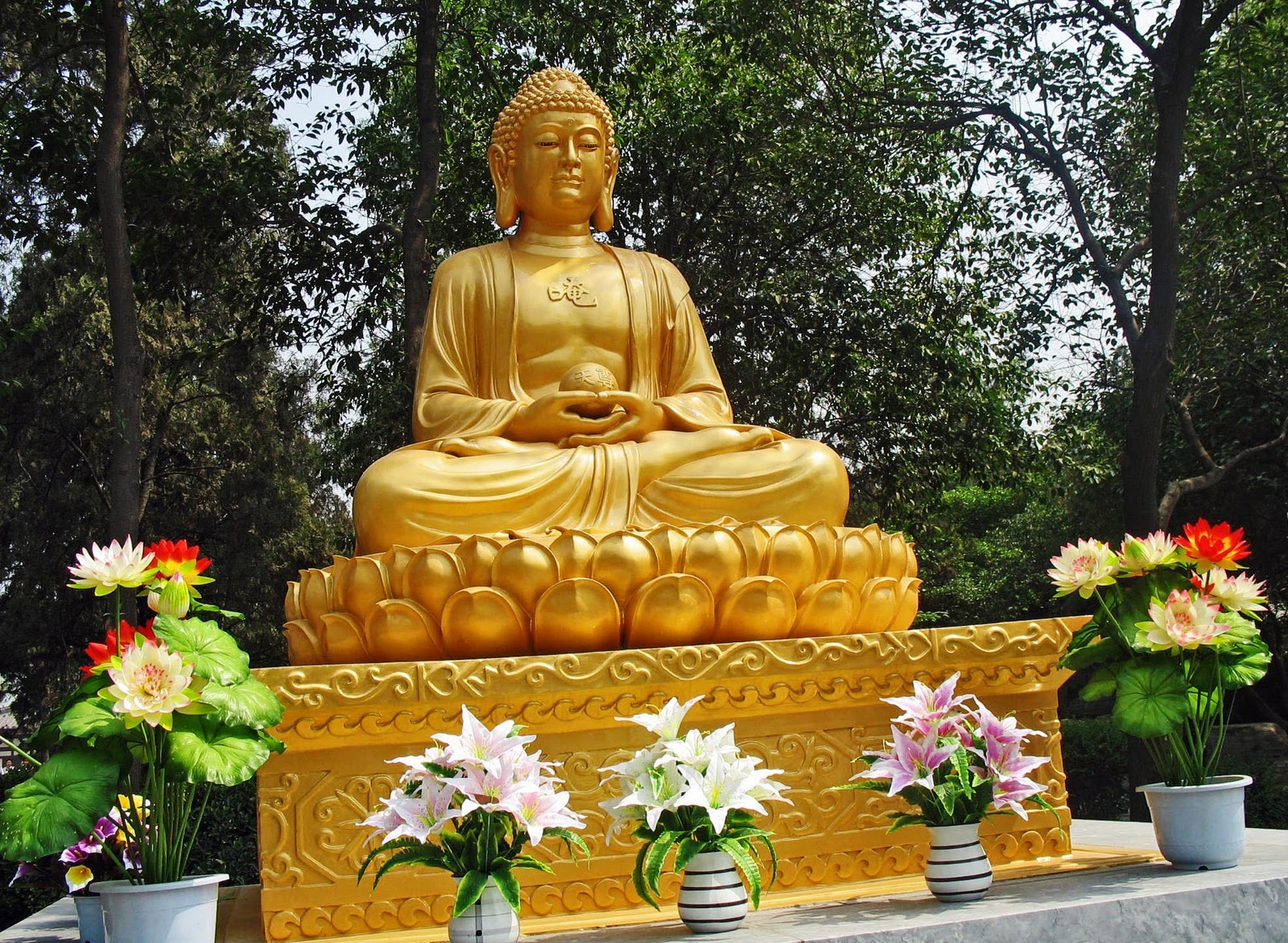 stock pictures golden buddha statue