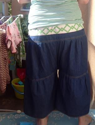 Så här gjorde jag  Klippte av den översta delen (kjolen hade blixtlås i ena  sidan). Klippte upp kjolen 29364fc3fca45
