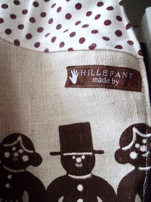 På torsdag ska det vara julfest på dagis. Tänkte att lilla A skulle få gå  som pepparkaksgumma á la Hillefant. Klänningen är sydd av olika dukar jag  fyndat ... 3fca197657fb3