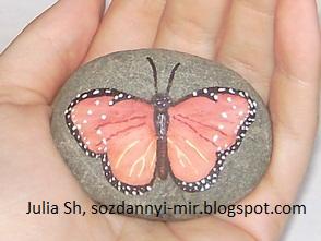 Рисунки на камнях: бабочка