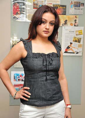 http://2.bp.blogspot.com/_60slBXUhkcw/TM_3RLfMVXI/AAAAAAAADC0/AWogxcLL7Qw/s1600/Sonia+Agarwal+Spicy+Hot+Poses+in+Black+Dress+(2).jpg