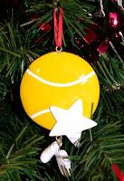 Pelota en árbol navidad
