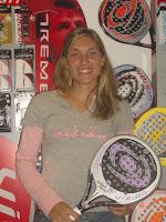 Valeria Pavon firma con la marca vision de pádel