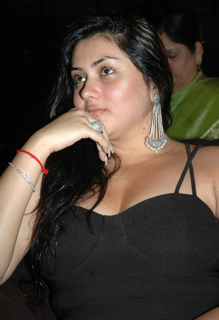 Namitha Dress Change in Caravan http://onlinemp3songsdownload.blogspot.com/2010/06/hot-namitha-at-simha-50-days-function.html
