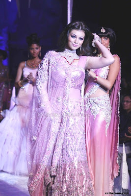 Ayesha Taki on the ramp to the India International Jewelry weeks