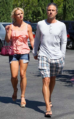 Britney Spear: Weekend Shopping with Her Boyfriend