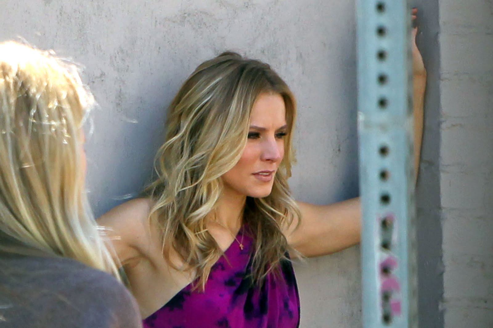 http://2.bp.blogspot.com/_6A8j2EQmANk/TJCSEmFtCbI/AAAAAAAAPw4/opjK0U9Eo_s/s1600/Kristen+Bell+is+Looking+Hot+in+Purple+Dress7.jpg