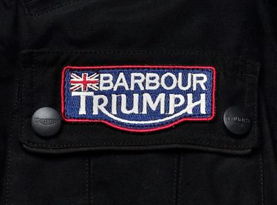 Barbour y Triumph diseñan una chaqueta y un mono