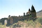 भानगढ़ के नजदीक अजबगढ़ में एक जीर्णशीर्ण मंदिर