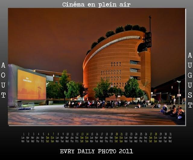 Evry Daily Photo - Calendrier Evry 2011 - Calendar Evry 2011 - Aout 2011 - Cinema en plein air - Jeux Fontaine des droits de l homme et du citoyen Evry