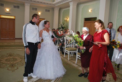 http://2.bp.blogspot.com/_6I27LgG9bck/StaRvzqqLUI/AAAAAAAAOsQ/uVw-36D1jfg/s400/adidas_wedding_18.jpg