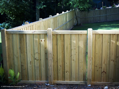 Wood privacy fence pictures wooden privacy fencing images for Simple fence plans