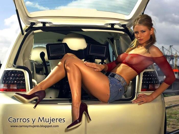Transexual desnuda lavando su coche