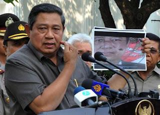 Presiden SBY memperlihatkan foto dirinya yang jadi sasaran tembak para teroris.