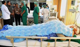 Presiden SBY berdialog dengan dokter untuk mengetahui penanganan para korban