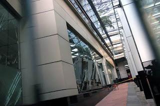 Kaca-kaca di Hotel JW Marriott hancur, sebagian lainnya tampak retak