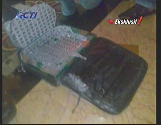 Tas laptop yang digunakan untuk mengebom berisi mur dan baut