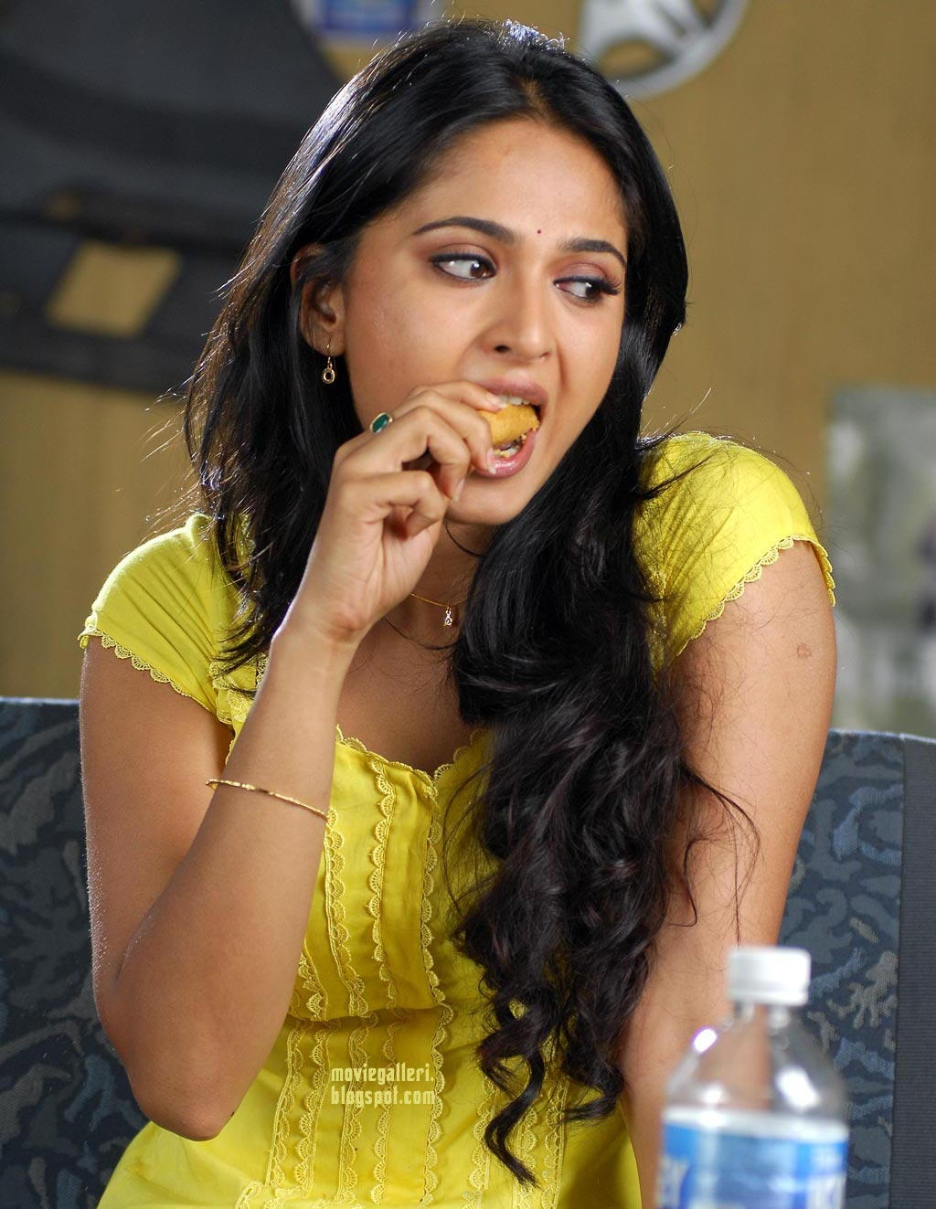 anushka shetty hot hq wallpapers photo gallery from tamil movie