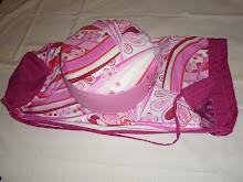 Cojin en tonos rosa y bolsa a juego, reversible,  en liso y estampado.