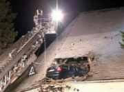 mobil nyangkut di atap