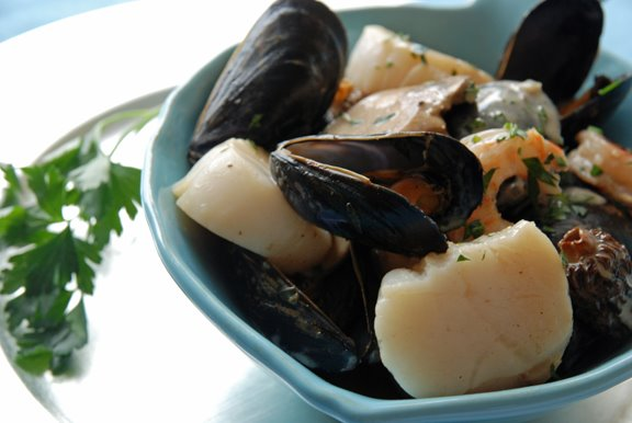 Coquilles Saint Jacques Dieppoise (Scallops with Mussels and Shrimp in Cream Sauce)
