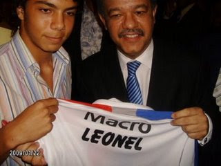 PRESIDENTE LEONEL FERNANDEZ RECIBE CAMISETA CLUB ARGENTINO