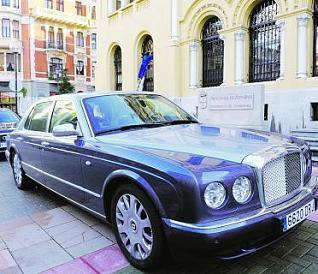Bentley de J.L.Moreno mal aparcáu frentea Presidencia, en semeya de Nacho Orejas pa La Nueva España