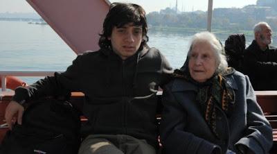 Torun Murat ve anneanne Nusret İstanbul'da Haliç'te