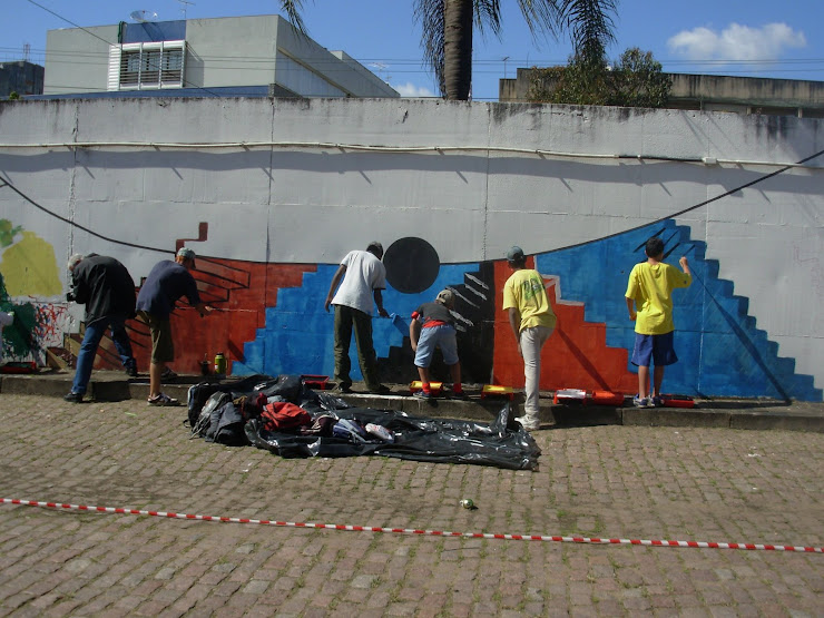 ArteImporta-Meninos do grafiti pintando o muro no Cais do Porto 2008