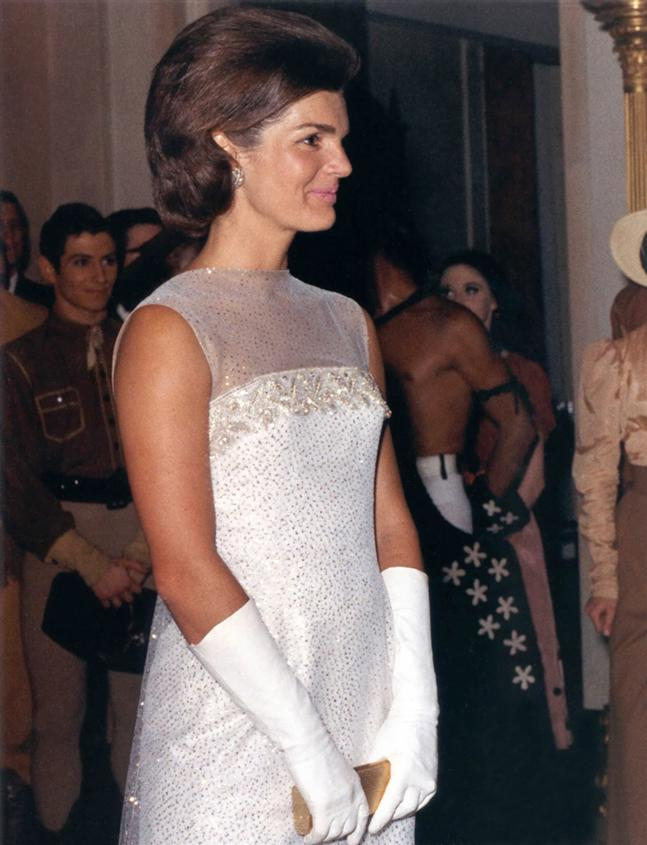 Amal And George Clooney Would Love Their Own Children But Open To Adoption 30846543 furthermore How To Dress Like Jackie Kennedy 2 besides Jackie Kennedy blogspot in addition First Lady Inauguration Ball Gowns likewise Photos Oscar De La Renta Remembered 278770. on oscar de la renta jackie kennedy