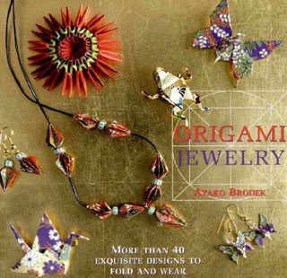 Каждый проект снабжен фотографией готового украшения оригами. оригами схемы.  В книге представлены пошаговые.