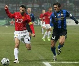 ryan giggs praise hernandez, giggs about impact arrival hernandez, giggs wallpaper, giggs image, ryan giggs photo, giggs and zanetti scrable ball, man united vs internazionale milan