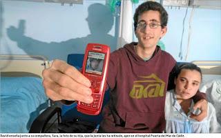 En la imagen David y Sara en el hospital mostrando en un móvil la fotograría de Esmeralda