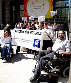 En la imagen algunos miembros a su llegada ante las puertas del Ministerio con una pancarta reivindicativa de la Federación