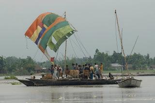 Concern's partner NGO rescue boat taking livestock to shelter, Boubardhan Char, Mohishkocha Union, Aditmari Upazila, Lalmonirhat District.  (Photo: Shehab, DRIK/Concern Sept 07.)