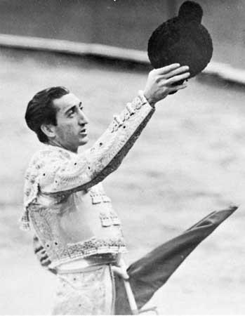 Cogida de Jose Tomas en Linares en el 60 aniversario muerte de Manolete