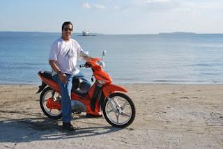Dave Dewbre on 1000 watt electric motor bike on the beach in Barrio Barretto