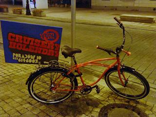 Rower reklamujący sklep z holendrami