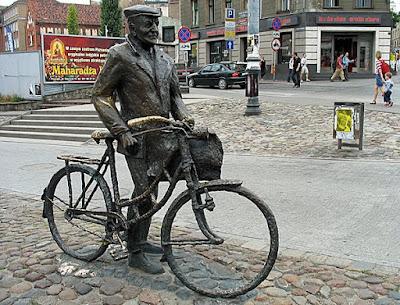 Pomnik Starego Marycha - widok z prawej strony