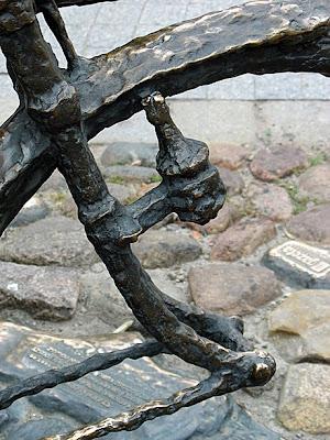 Fragmen pomniku Starego Marycha - dynamo