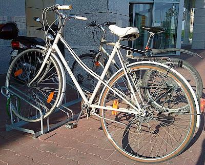Stojak rowerowy z piękną białą damką