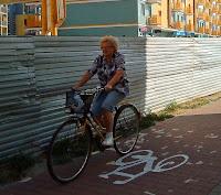 Rowerzystka na remontowanej drodze rowerowej