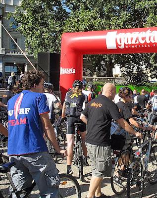 Tłum rowerzystów idących w kierunku specjalnej bramy podczas liczenia