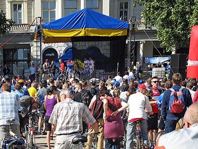 Scena na Placu Wolności - liczenie rowerzystów