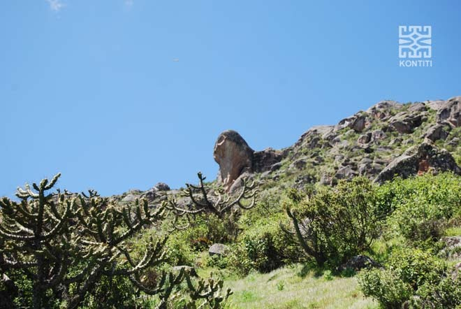 Huaca sobre Markawasi observando OVNI