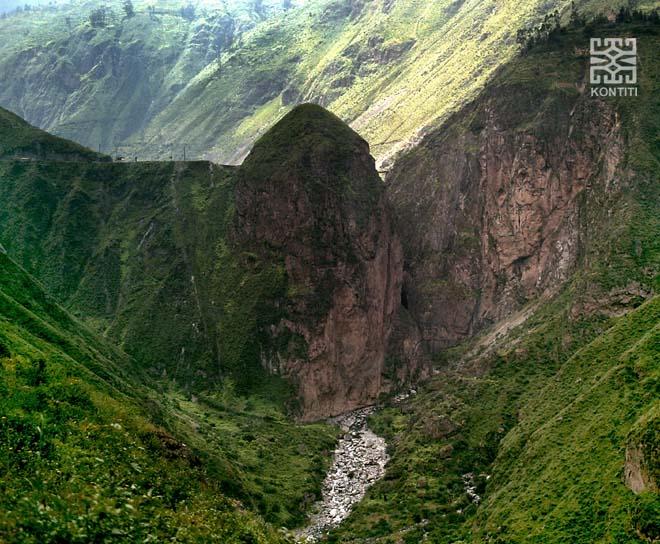 Vista del puente Cahuish, rumbo al Pueblo de San Pedro de Casta, estación del viaje..